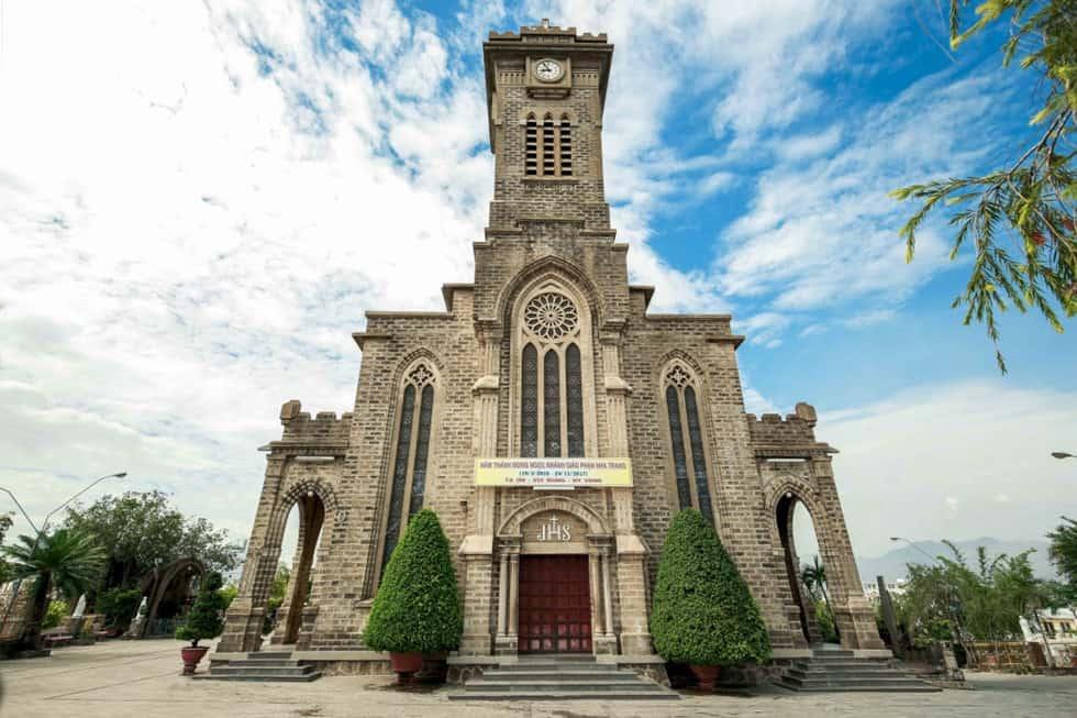 Nhà thờ đá với lối kiến trúc nổi bật được làm hoàn toàn bằng đá. Ảnh: ST