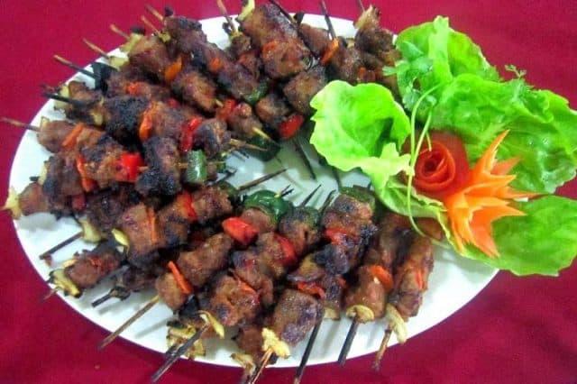 Thịt xiên nướng kiểu Nga thơm ngon ở quán Vườn Bàng (Ảnh ST)