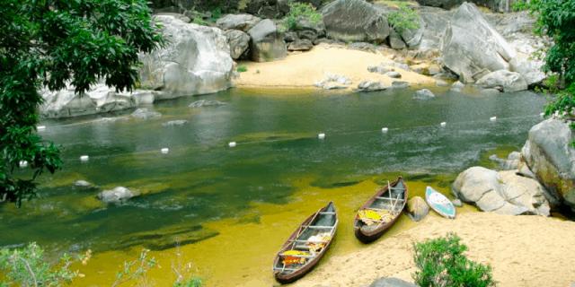 Dạo thuyền xuôi trên dòng nước để khám phá Hầm Hô (Ảnh: Sưu tầm)