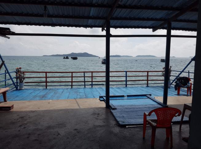 Khung cảnh phía sau nhà nghỉ Chinh Hòa