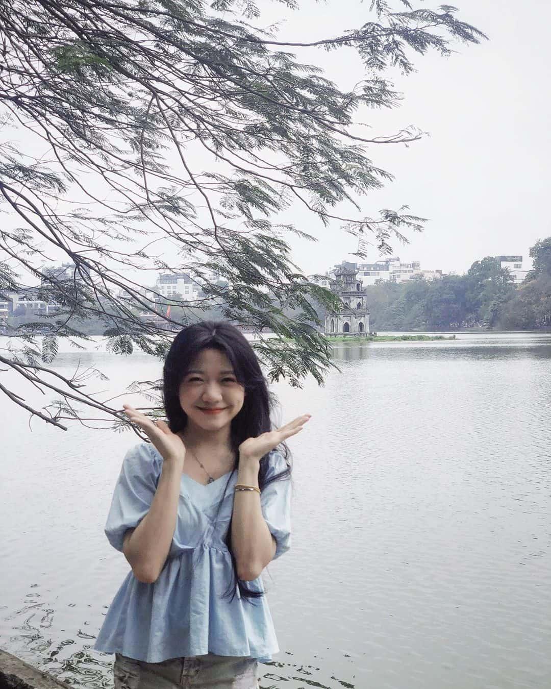 Chụp cùng tháp Rùa - biểu tượng của thủ đô Hà Nội. Ảnh: @thutraafn