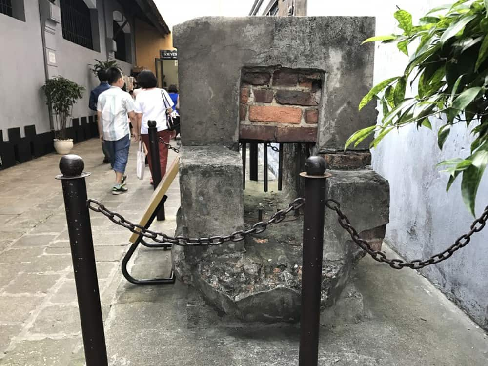 Tìm hiểu về lịch sử đáng tự hào của đất nước tại nhà tù hoả lò. Ảnh: ST