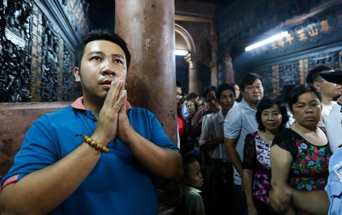 Người dân xếp hàng để được cầu khấn