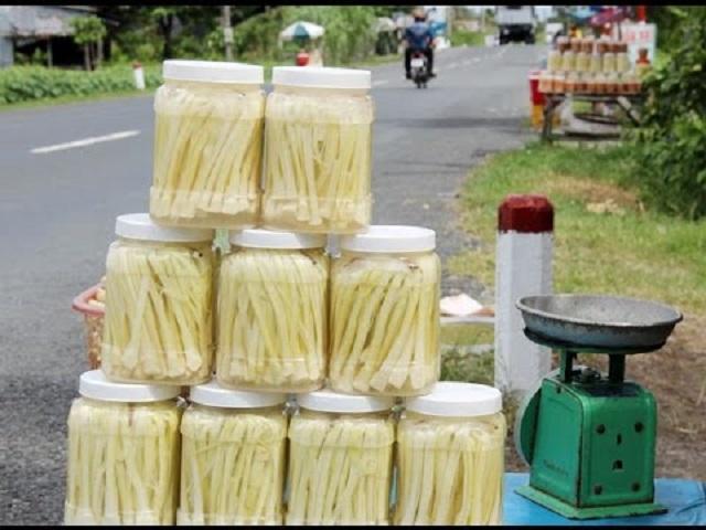 Bồn bồn được ủ và đem bán dọc các đường quốc lộ