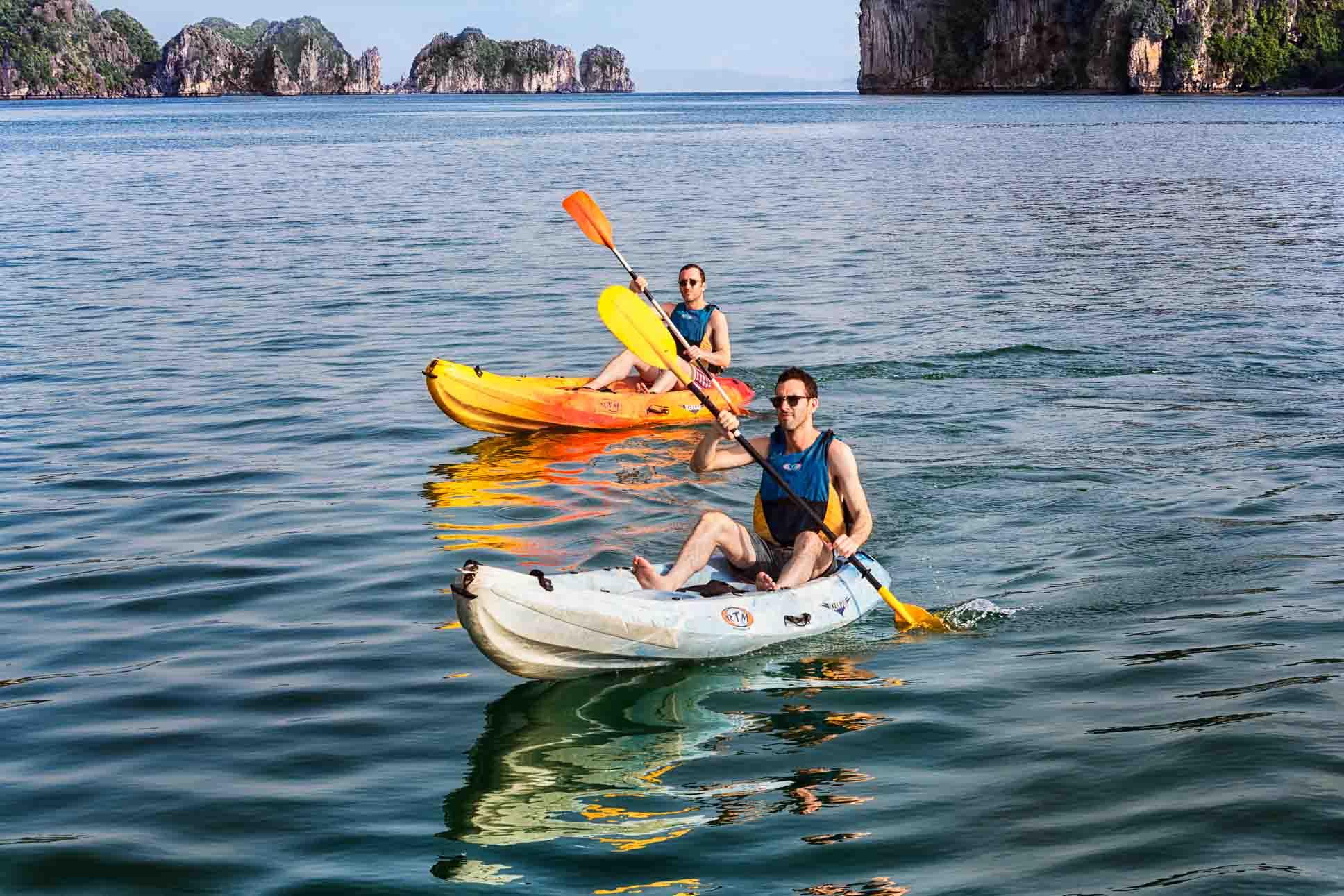 Chèo thuyền Kayak trên đảo Cát Bà (Ảnh: ST)