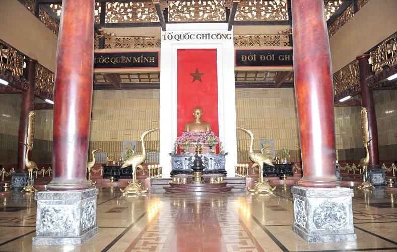 """Đền chính đặt tượng Hồ Chí Minh và dòng chữ """"Tổ quốc ghi công"""""""