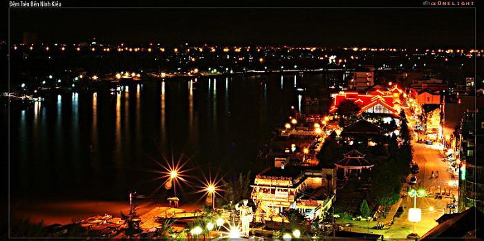 Bến Ninh Kiều ban đêm (nguồn sưu tầm)