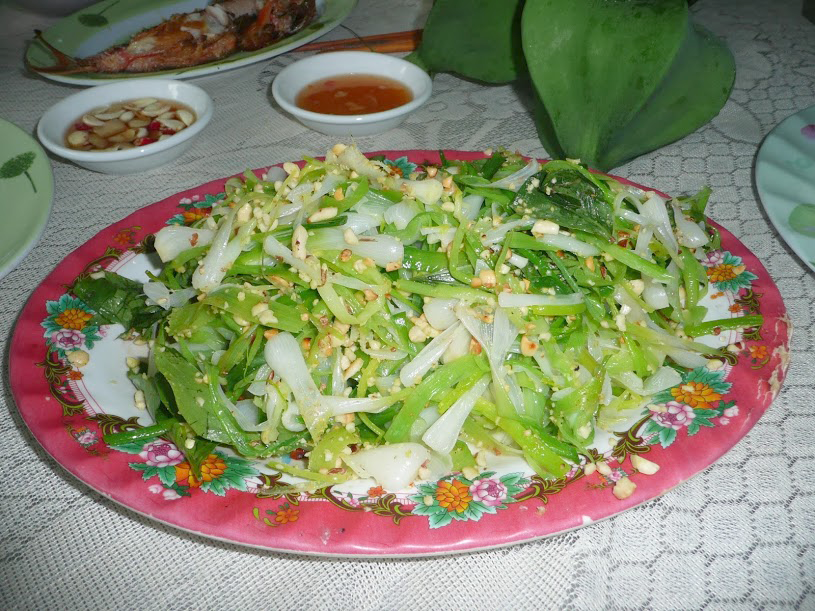 Garlic salad is served with sauce, rice paper (Source of collection)