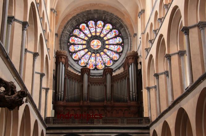 Sự giao thoa kiến trúc bên trong nhà thờ Đức Bà