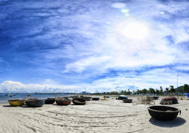 Bãi biển Mỹ Khê đẹp được chụp ở một góc bờ biển