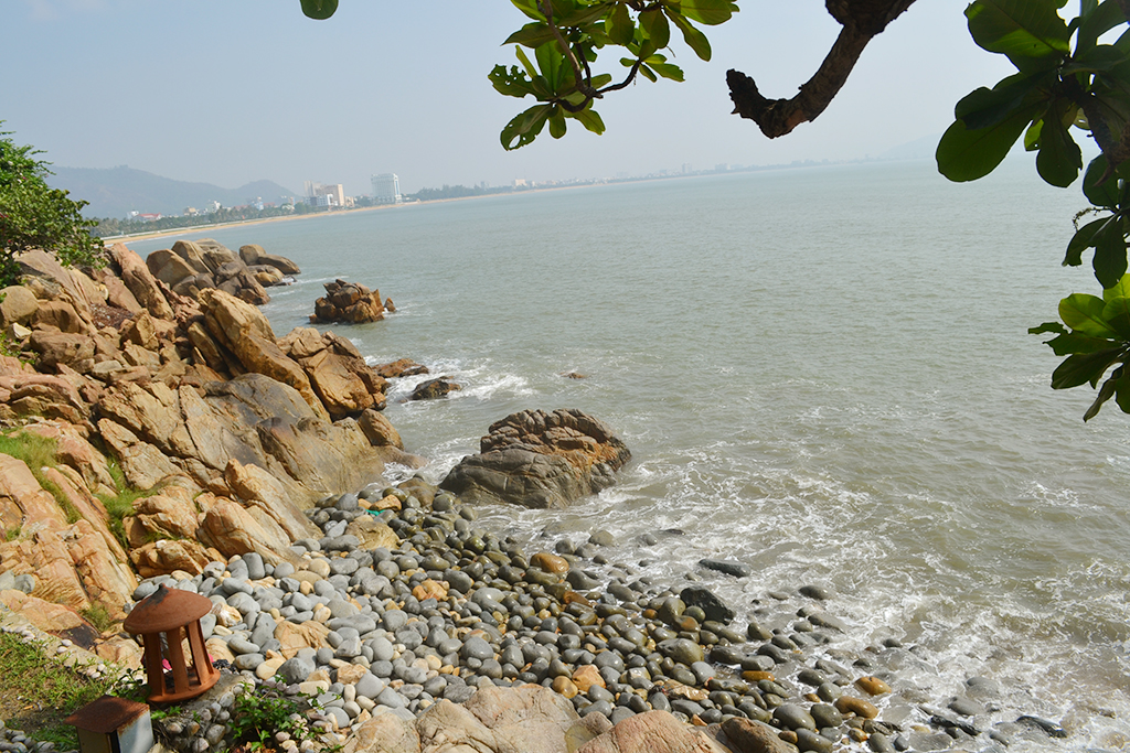 Bãi đá hình trứng tại bãi biển Hoàng Hậu