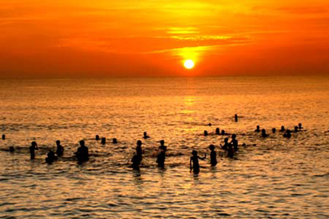 People in the city often gather to the sea in the afternoons to relieve their burden of life (Photo: collector)