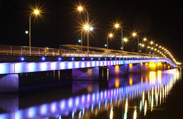 Cầu Nhật Lệ lên đèn