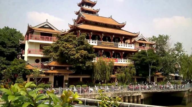 Ngôi chùa Pháp Hoa nằm tại quận 3