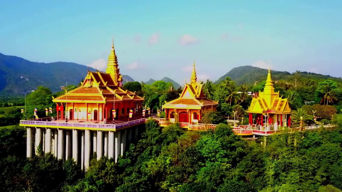 Ngôi chùa nằm trong núi Tà Pạ hùng vĩ