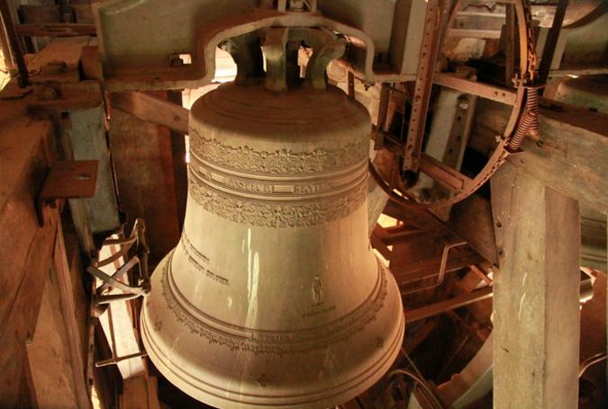 Một trong số những chuông ở bên trong tháp