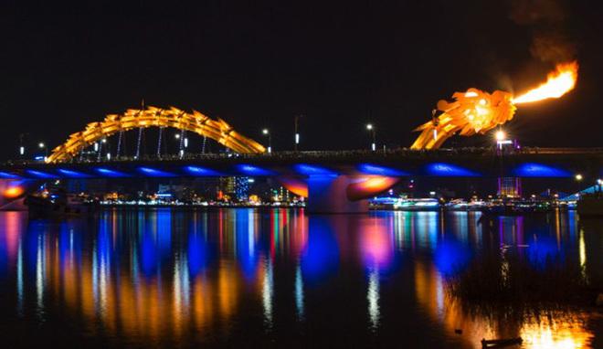 Địa điểm du lịch đẹp ở Đà Nẵng - Cầu Rồng phun lửa, phun nước