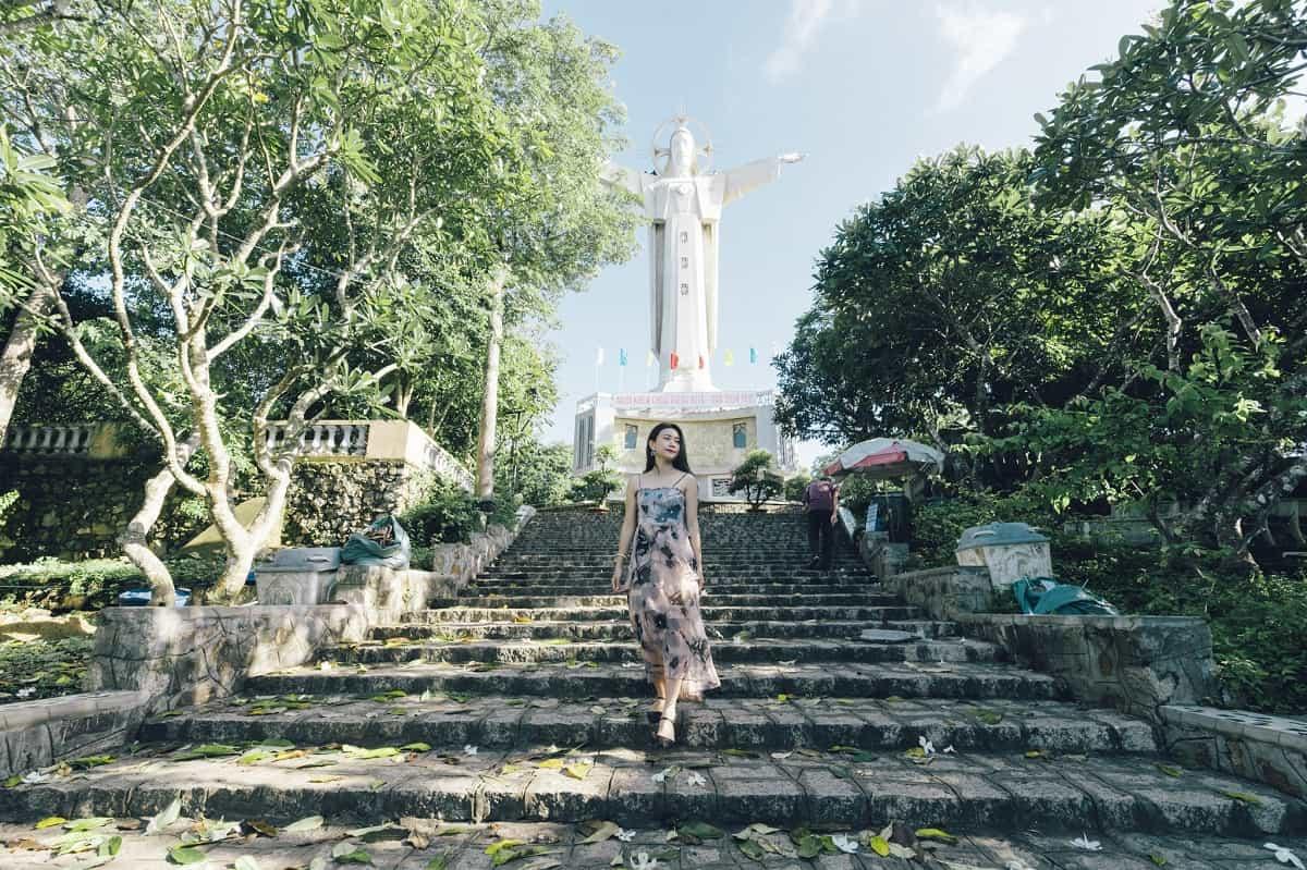 Lối lên tượng Chúa phải đi qua hơn 800 bậc thang. Ảnh: ST