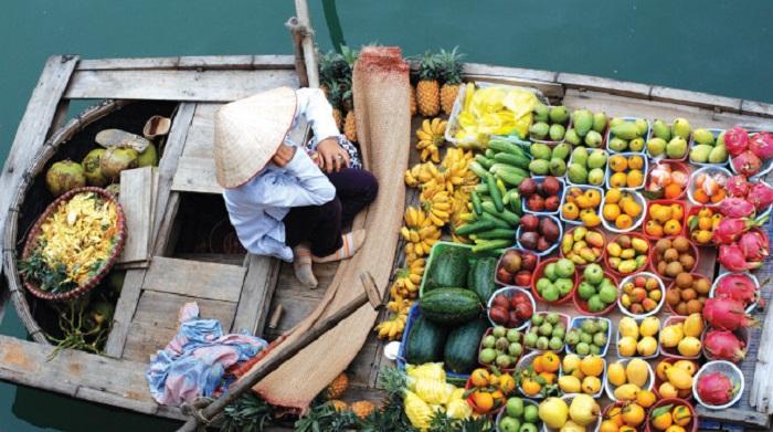 Ghe bán trái cây tại chợ nổi Long Xuyên (Ảnh: ST)