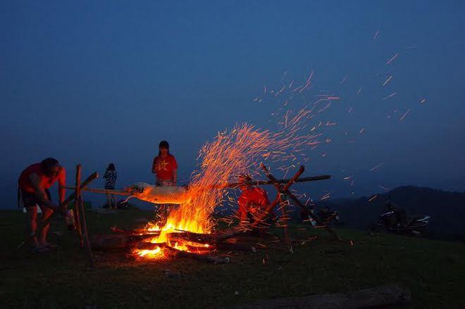 đốt lửa trại ở đồng cao