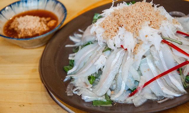 Gỏi cá mai có thể ăn cùng với các món nhậu khác