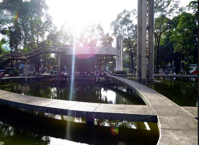 Khung cảnh ngập tràn nắng và người dân sinh động ở hồ Con Rùa