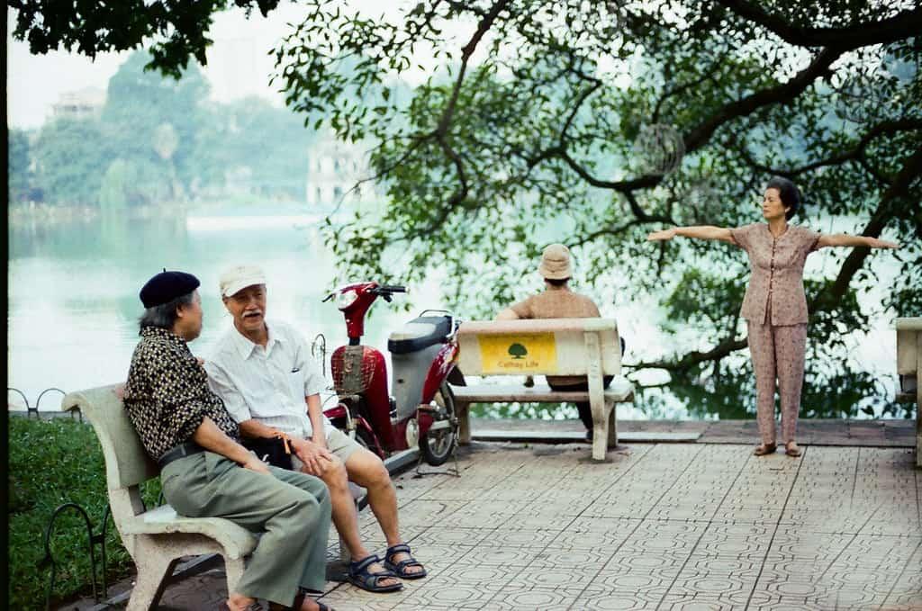Buổi sáng Hồ Gươm thường có rất đông người đến tập thể dục, trò chuyện, đọc báo như một nét văn hoá riêng của thủ đô. Ảnh: Tuấn Đinh Văn