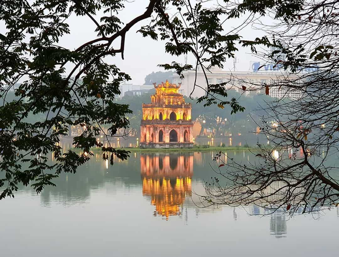 Hồ Hoàn Kiếm là nơi lưu giữ nhiều câu chuyện lịch sử lâu đời của đất nước. Ảnh: @meimeiontour