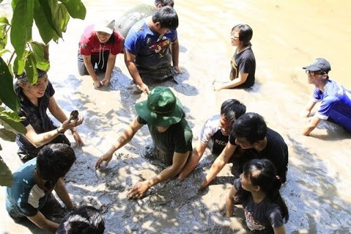 Hoá thân thành người nông dân trong một ngày với trò lội bùn bắt cá cực thú vị