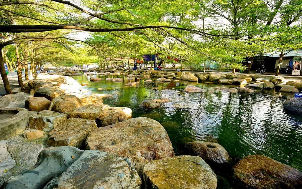 Nước suối tại đây trong vắt, lại có nhiều tán cây to nên vô cùng mát mẻ
