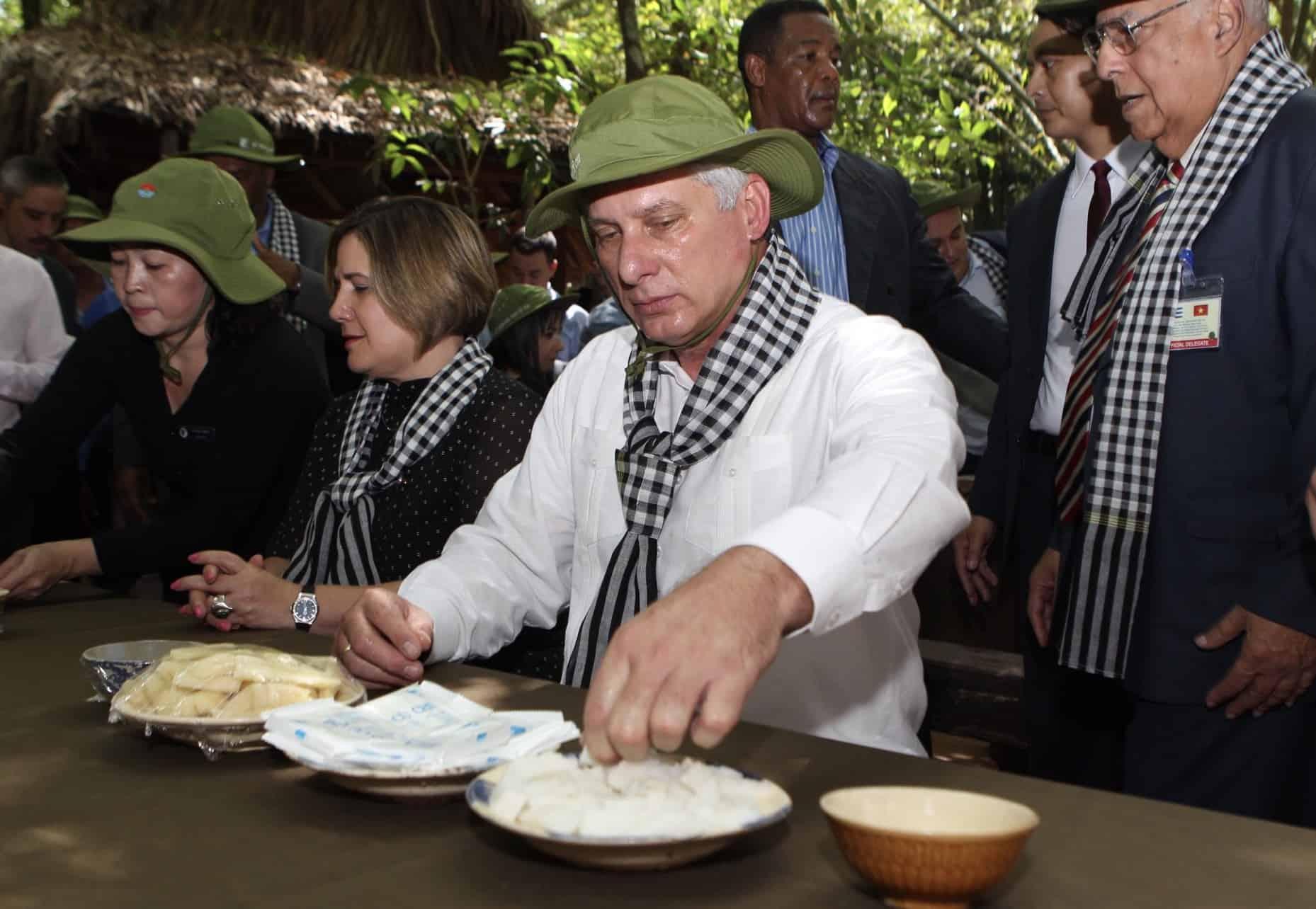 Thưởng thức sắn luộc chấm muối vừng - đặc sản độc đáo của địa đạo Củ Chi