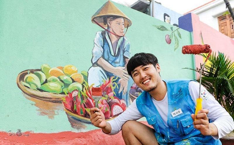 họa sĩ vẽ tranh tường tại làng bích họa tam thanh