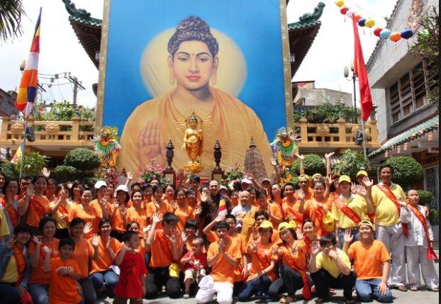 Trước lễ đài Phật đản chùa Ấn Quang