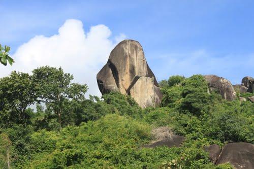 Một trong bảy ngọn núi của Thất Sơn (Ảnh: ST)