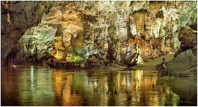 núi đá vôi với nhũ đá đầy màu sắc - Phong Nha Kẻ Bàng