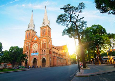 Nhà thờ Đức Bà cổ kính và dịu dàng chào ngày mới