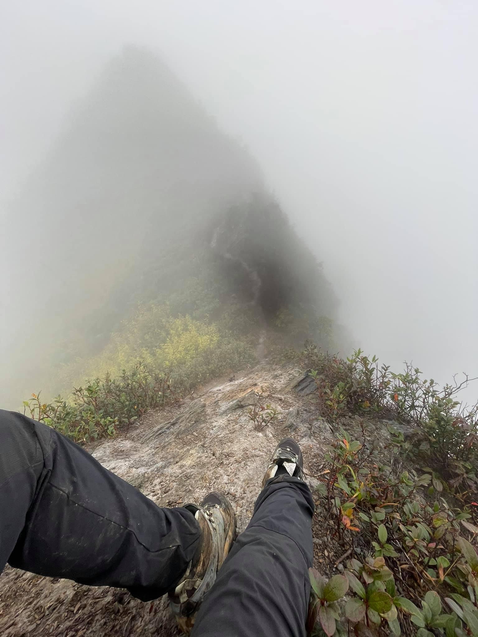 Dụng cụ leo núi như giày cao su, ủng, quần dài, gậy hay dây an toàn nếu cần thiết là những vật dụng không thể thiếu trong chuyến hành trình chinh phục Tà Xùa