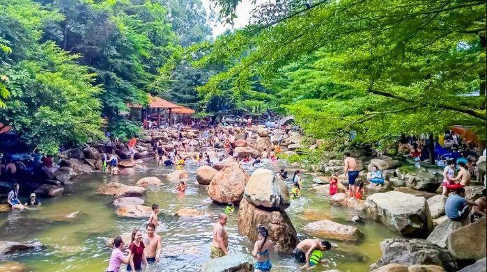 Tắm suối ở sinh thái Thủy Châu Hồ Chí Minh