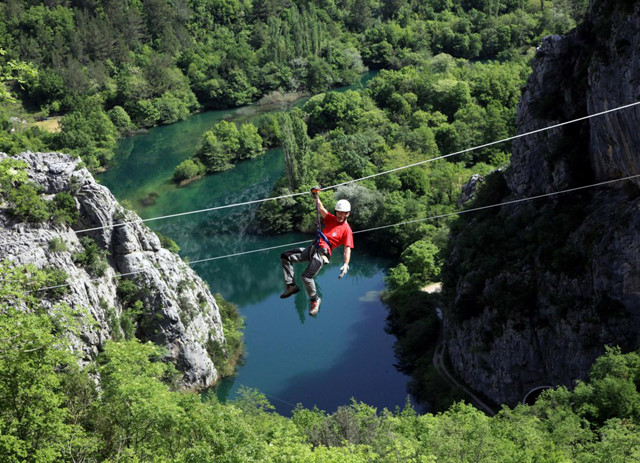 Trải nghiệm khá mới mẻ và thu hút khách nước ngoài là trò mạo hiểm Zipline
