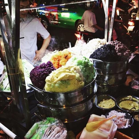 Xôi ngũ sắc hấp dẫn thực khách tại chợ Bến Thành