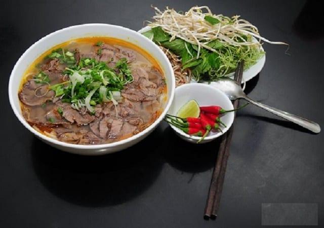 m thực về đêm Sài Gòn món bún bò Huế