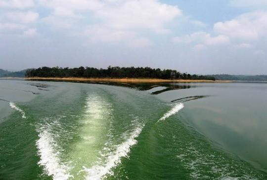 Con đường đi thuyền đến hang Ngọc - tại Bến En Thanh Hóa