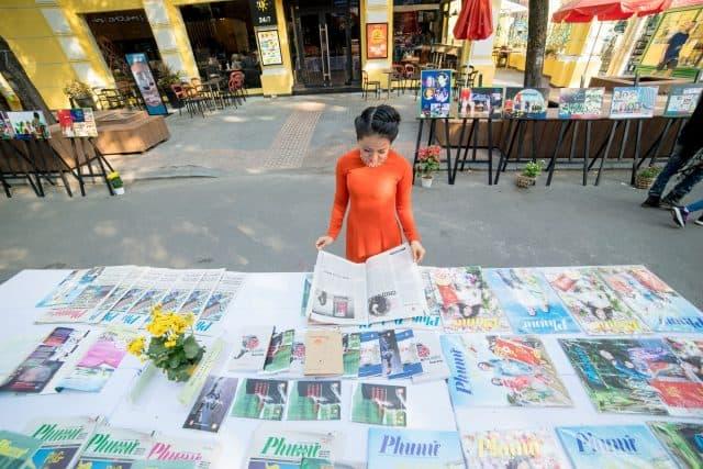 Khu vực triển lãm và bày bán báo