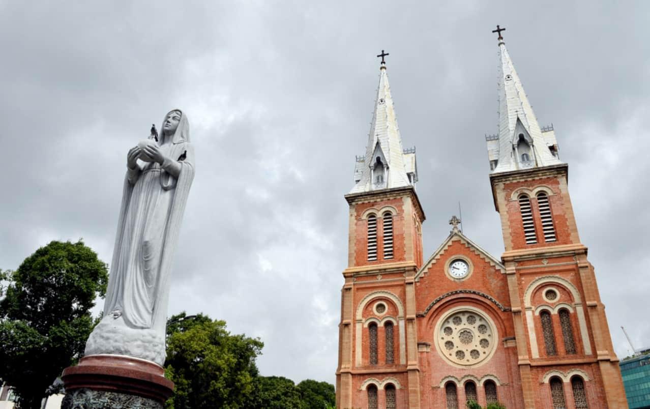 Tượng phía trước nhà thờ Đức Bà