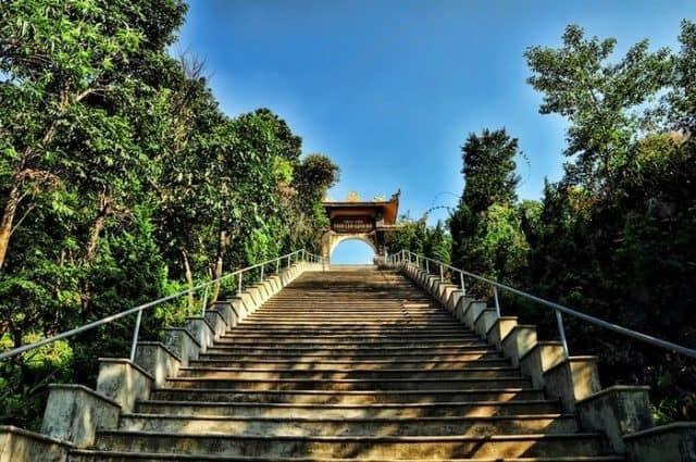 Vượt qua 172 bậc tam cấp - Thiền viện Trúc Lâm Bạch Mã