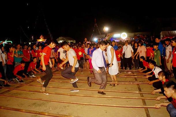 Khách du lịch tham gia lễ hội múa sạp tại Bến En Thanh Hóa