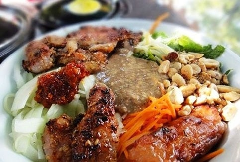 Bún thịt nướng, bánh ướt - đặc sản Huế