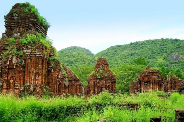 """..""""Di tích Mỹ Sơn là một quần thể lịch sử với hơn 70 ngôi đền tháp mang nhiều phong cách kiến trúc điêu khắc tiêu biểu cho từng giai đoạn lịch sử của vương quốc Champa""""(Ảnh sưu tầm)"""