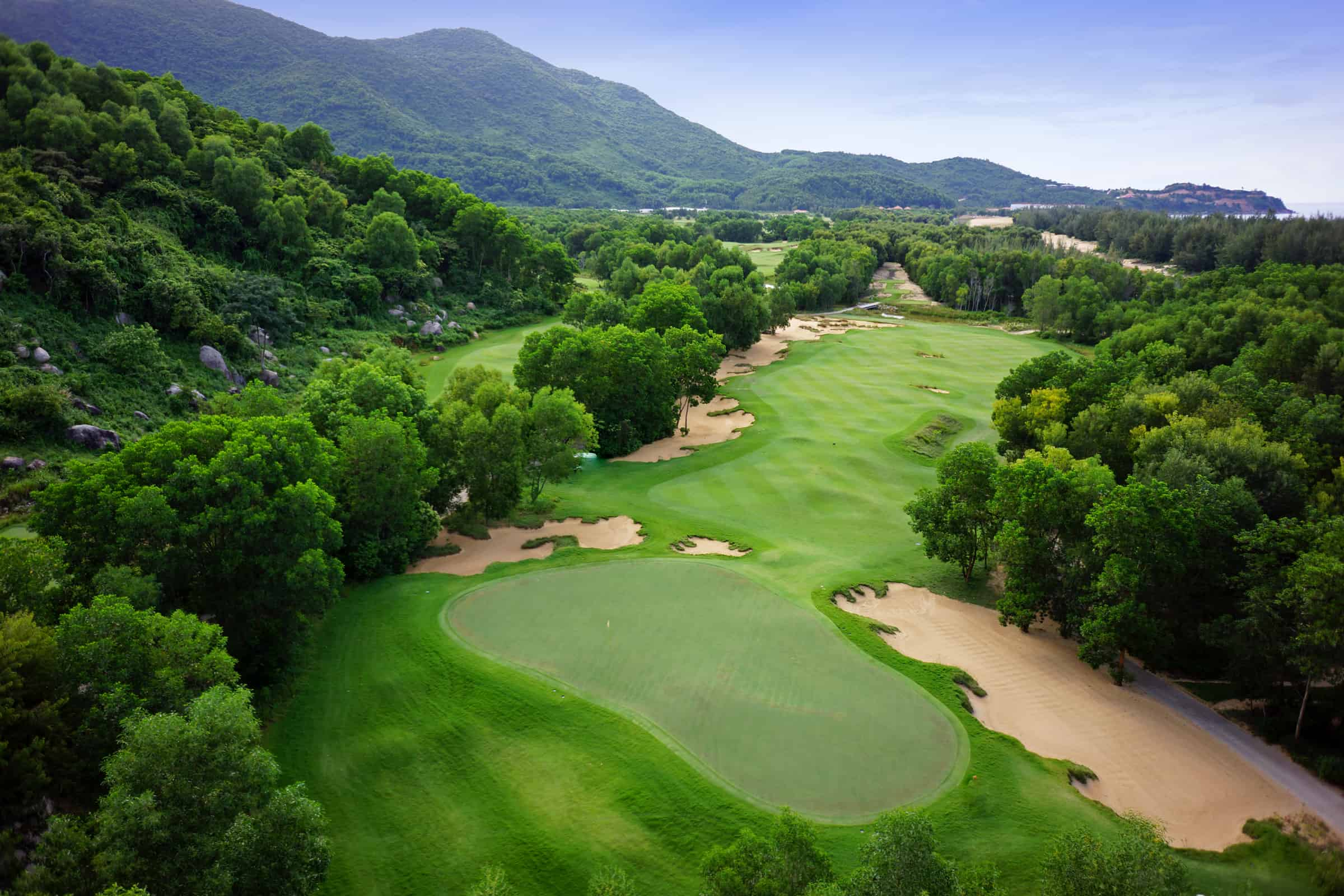 Sân golf 18 lỗ do thiết kế nổi tiếng Nick Faldo thiết kế tại Angsana Lăng Cô Huế