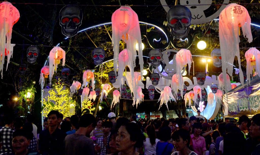 Have fun at Le Thi Rieng Park in Ho Chi Minh